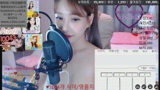 高颜值韩国女主播BJ美女跳舞制服诱惑大奶风骚小姐姐美乳妹子自慰喷水直播第一集